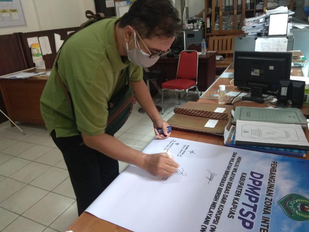 Penandatanganan Zona Integritas pada DPMPTSP Kabupaten Kapuas